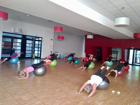 Pilates sur gros ballon