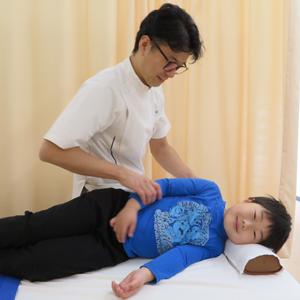 子供,姿勢,スマホ,肩こり,腰痛,頭痛,座り方,側弯