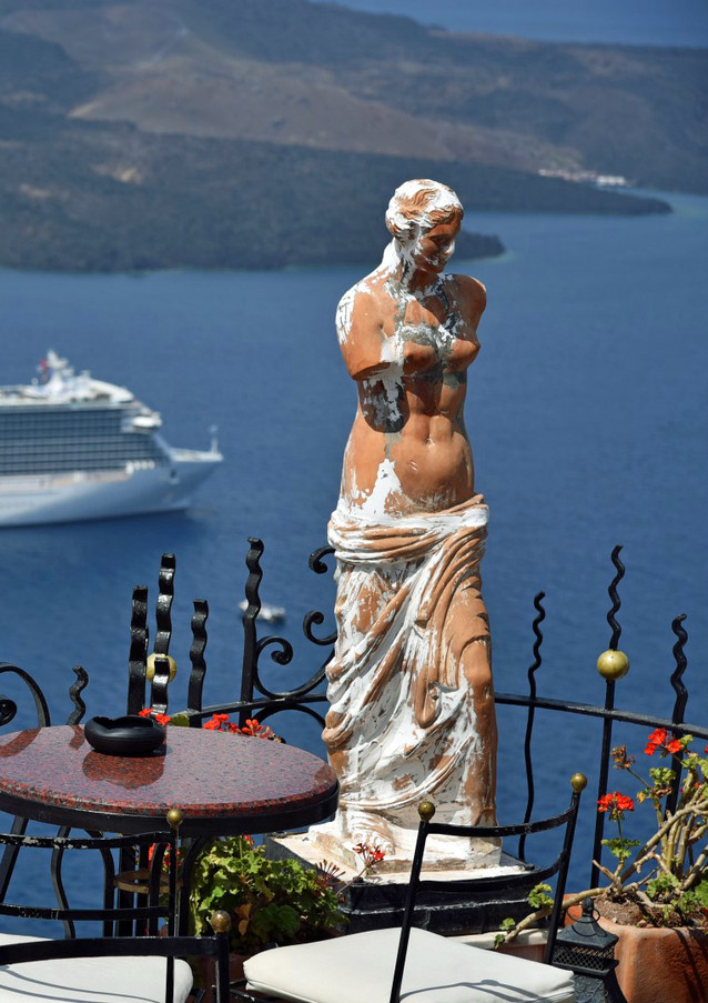 Santorini-caldera-cruiseship-andstatue-T