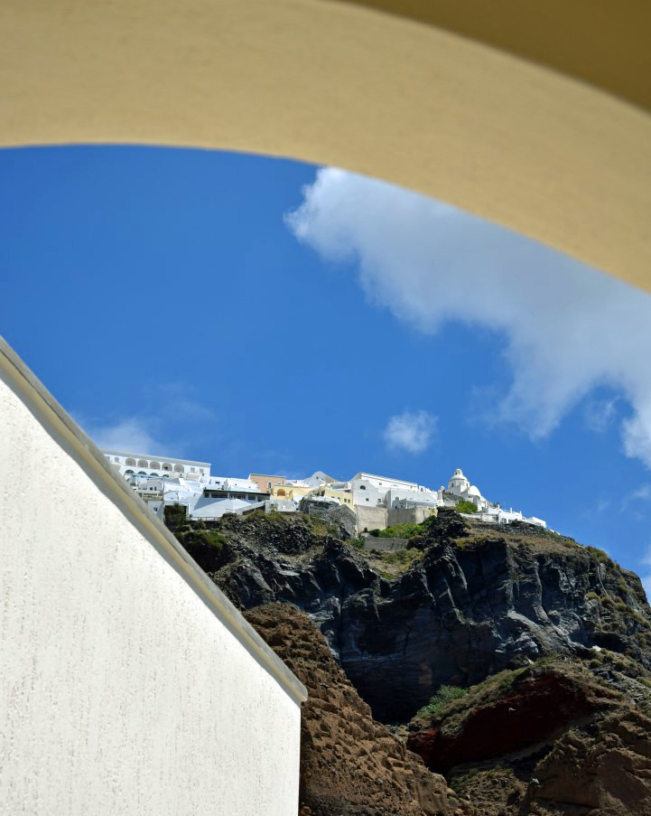 Santorini-view-up-the-cliffs-The-Greekis