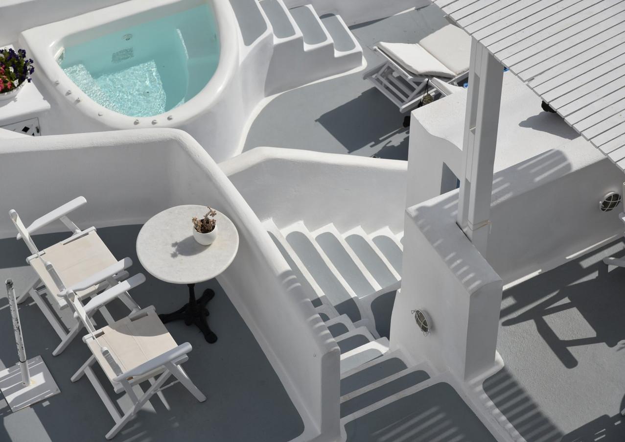 Santorini-white-steps-The-Greekish-Life.