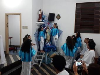 Crianças prestam homenagens à Maria
