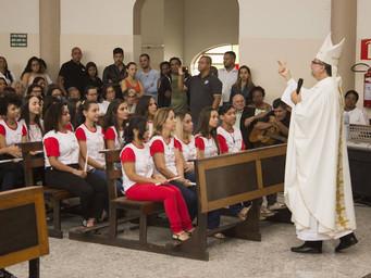 Jovens e Adultos são Crismados na Festa de Cristo Rei