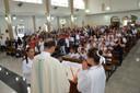 Coroinhas e Acólitos são investidos na festa de Cristo Rei