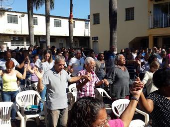 Missa com as famílias lota pátio da igreja