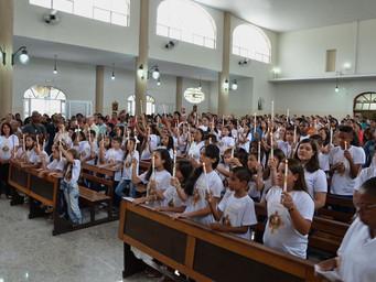Crianças recebem a 1ª Eucaristia