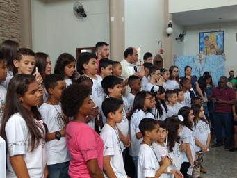 Crianças recebem a Primeira Eucaristia