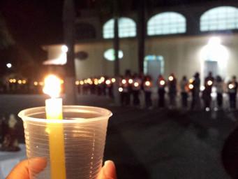 Recitação do Rosário ilumina pátio da igreja