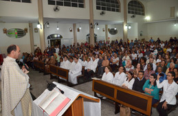 Igreja lota para celebrar Santo Antônio