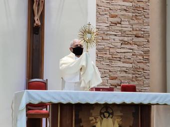 Ano começa com Adoração ao Santíssimo