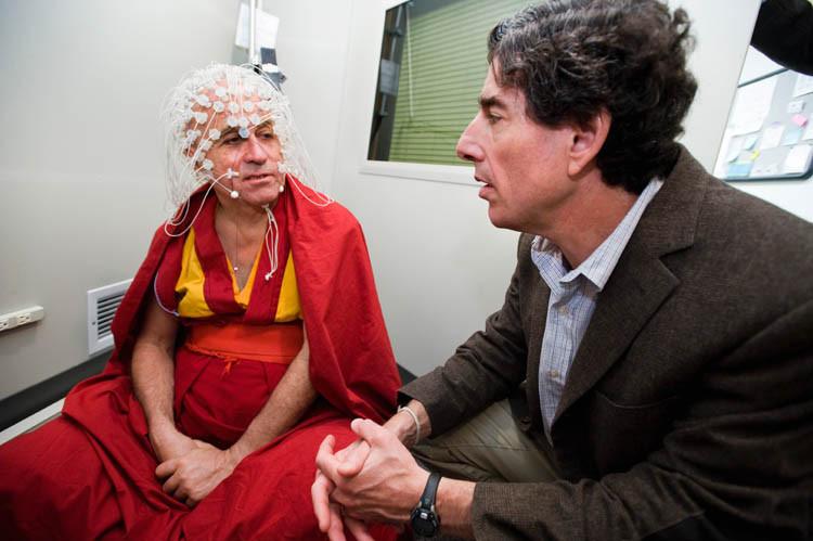 Matthieu Ricard, Langzeitmeditierender, angeschlossen am EEG, um seine Hirnströme zu messen