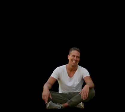 Adrian Goeldner lachend und meditierend