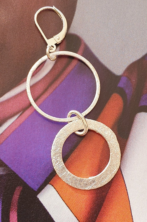 Flotte zeitlose Ohrringe aus gebürstetem Silber