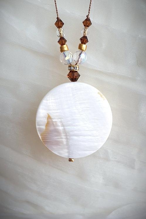Zeitlos-feminine Halskette Seidenschnur mit weißem Perlmut und Swarovski-Perlen