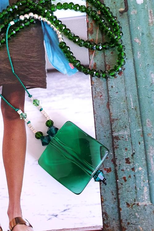 Zeitlos-feminine Halskette Seidenschnur mit grüner Glasperle
