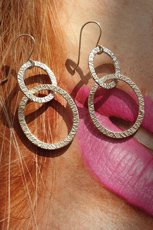 Modisch-feine Ohrringe Silber mit silbernen ovalen Anhängern