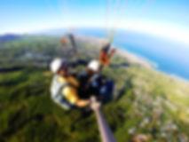 Baptême de parapente au dessus de Saint leu. Image d' une vol en parapente biplace avec Air Lagon Parapente à la Réunion