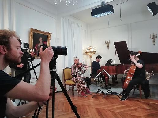 Le salon parisien de La Nouvelle Athènes est le théâtre d'une séance filmée dédiée à l'interprétation de la musique de Brahms, catalyseur de la tradition romantique germanique avec Clara Schumann, Reinecke et leurs disciples.