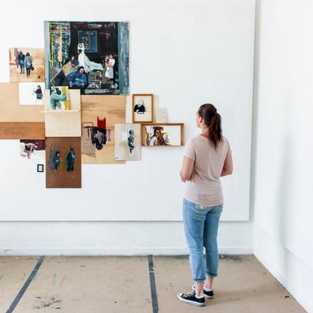 'Fragmented the feeling of home' is een installatie waarbij verschillende afbeeldingen samenkomen. Schilderingen van familie of dierbaren die dicht bij mij staan zijn gemixt met schilderingen van situaties of mensen die juist ver van mij af staan. Toch zijn beide een onlosmakend deel van mijn identiteit.