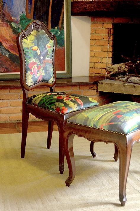 Cadeira antiga revestida com tecido assinado por Juliana Pelegrinello