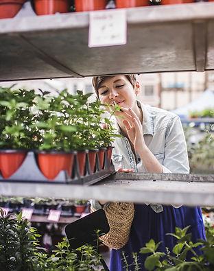 Femme shopping au marché aux plantes