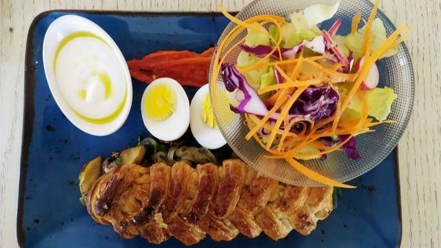 מנה של ארוחת בוקר - מאפה גבינות, ביצה וסלט