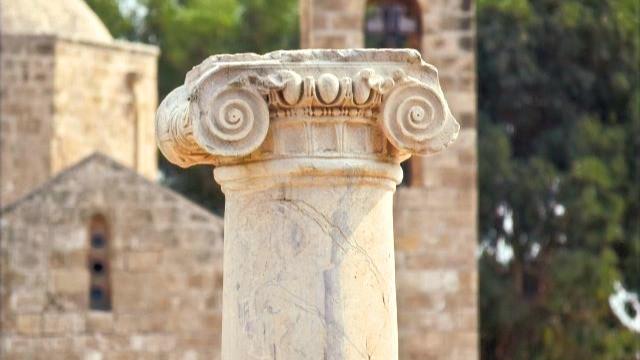 עמוד רומי באתר ארכאולוגי בפאפוס