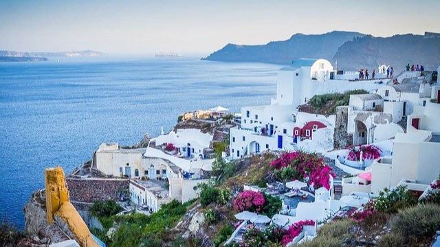 בתים לבנים מול חוף הים בסנטוריני יוון