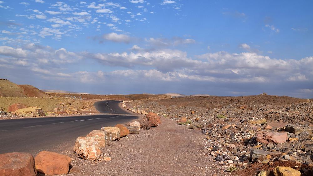 כביש עובר באמצע המדבר