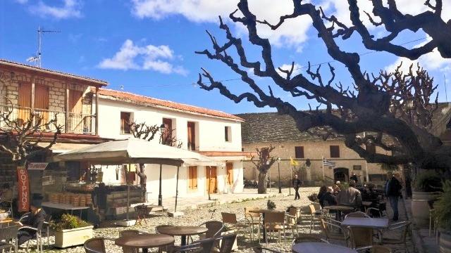 בתים בכפר, רחבה עם שולחנות וכסאות של מסעדה