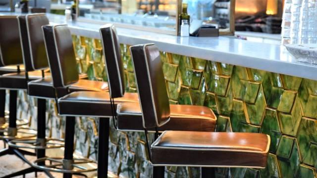 שורה של כסאות בר גבוהים