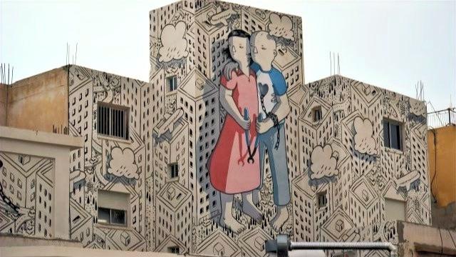 ציור של זוג על בניין