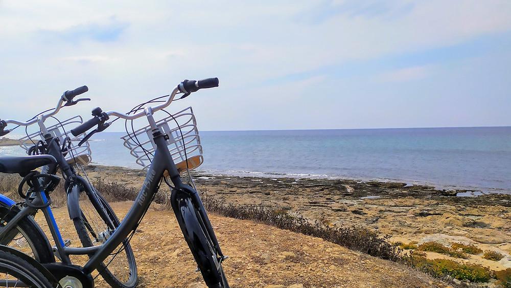 אופניים על רקע חוף הים בפאפוס