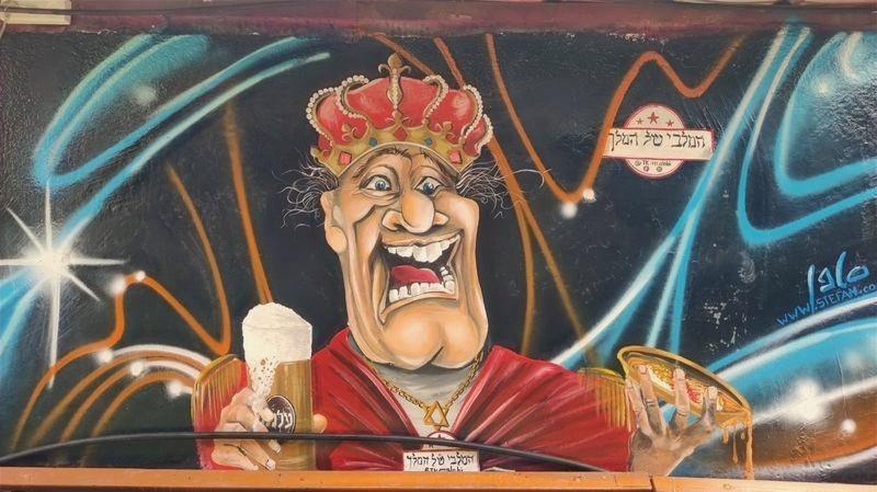 ציור קיר של מלך שותה בירה
