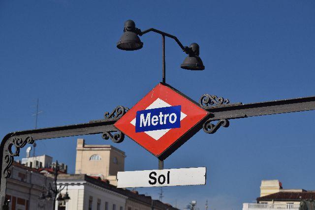metro, street light, sky, traffic sign, street sign תחבורה ציבורית, מטרו, מדריד