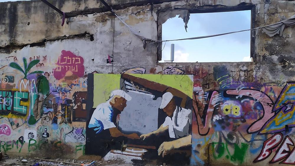 ציור גרפיטי על קיר בניין נטוש