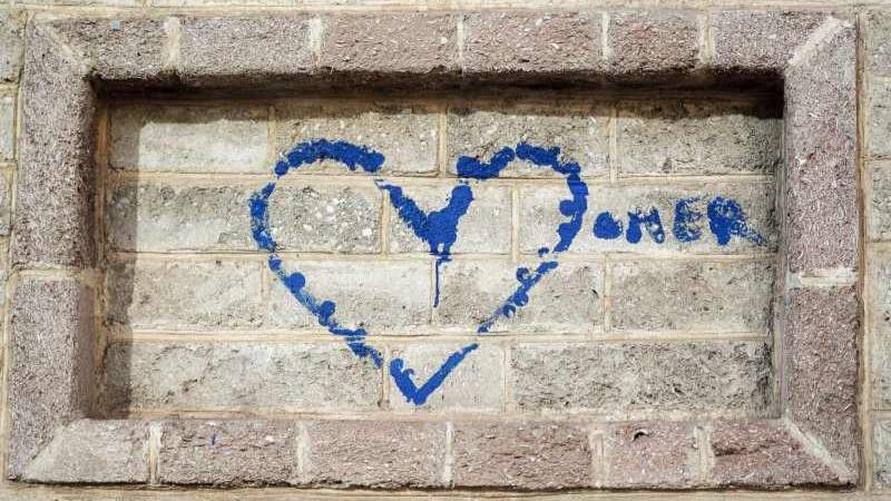 ציור של לב בצבע כחול על קיר