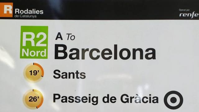 שלט מידע על תחנות הרכבת בעיר ברצלונה