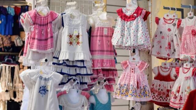 שמלות לילדות תלויות בדוכן בשוק