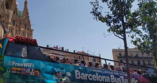 אוטובוס תיירים נוסע ברחובות העיר ברצלונה