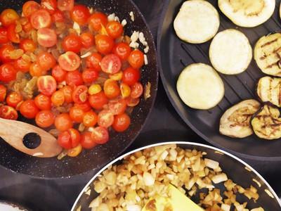 עגבניות וחצילים במחבת