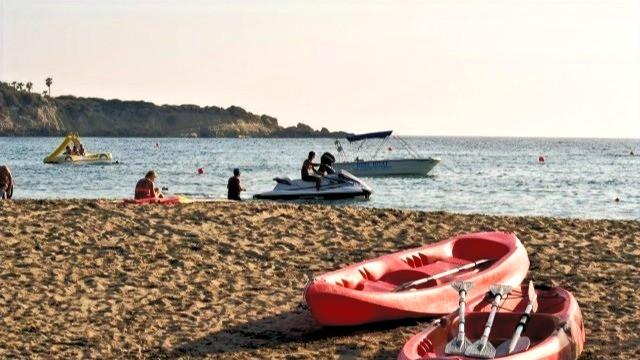 סירות מנוע וסירות משוטים על חוף הים