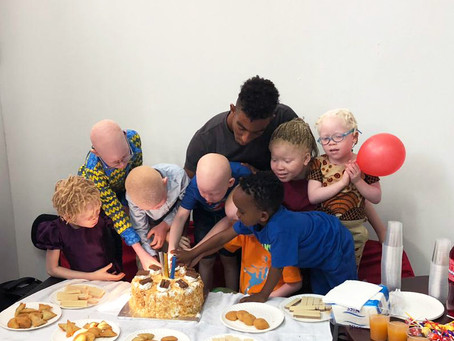 Representação Moz | Nadador Yannick Semá festeja aniversário com crianças com albinismo
