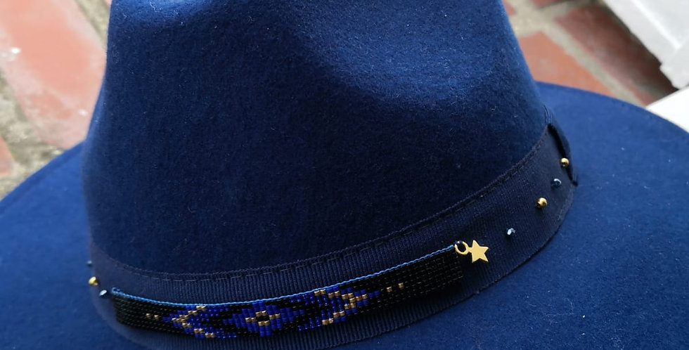 Chapeau fedora bleu et tissage ethnic en perles de verre japonaises Miyuki Delic