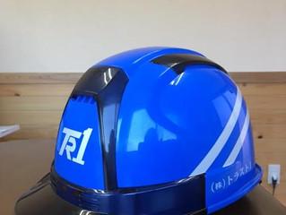 ヘルメットはイメージカラーのブルー