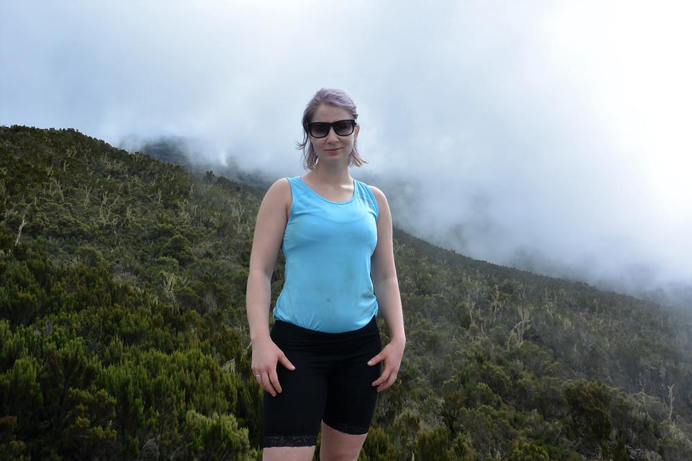 Foto av mig på väg till Shira camp på Kilimanjaro, Tanzania.