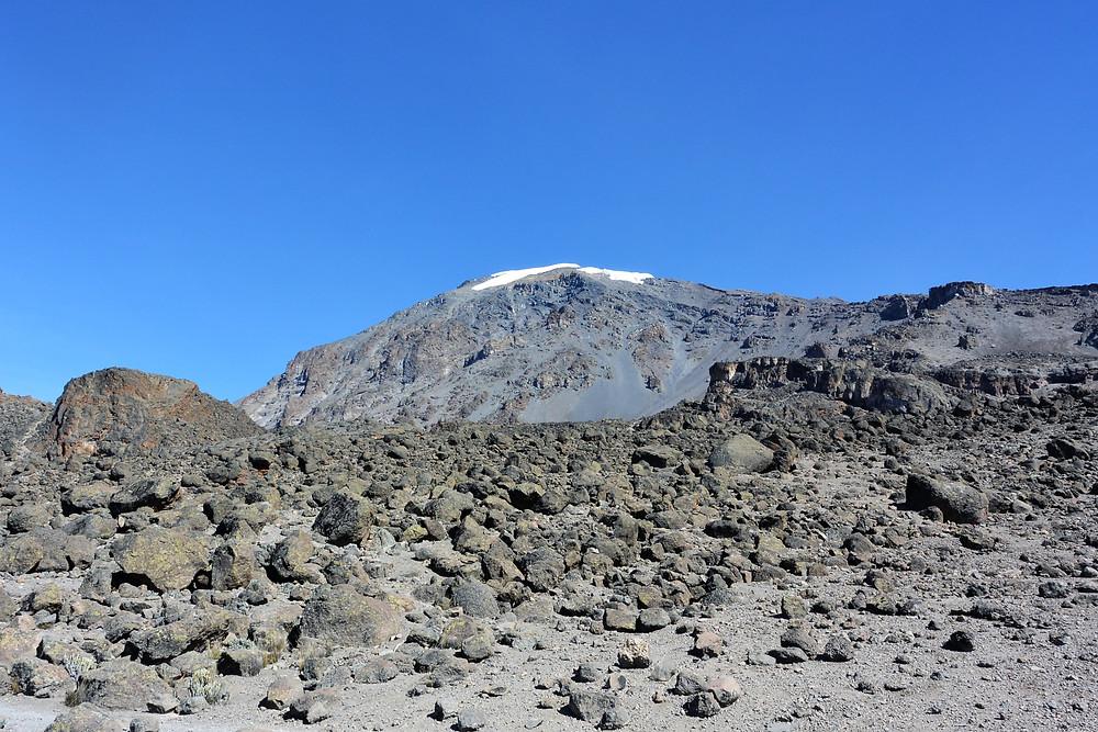 Vandringsdag med toppen i bakgrunden, Kilimanjaro, Tanzania.