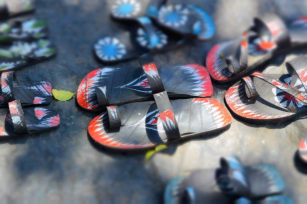 Gamla bildäck blir till flipflopps i Moshi, Tanzania.