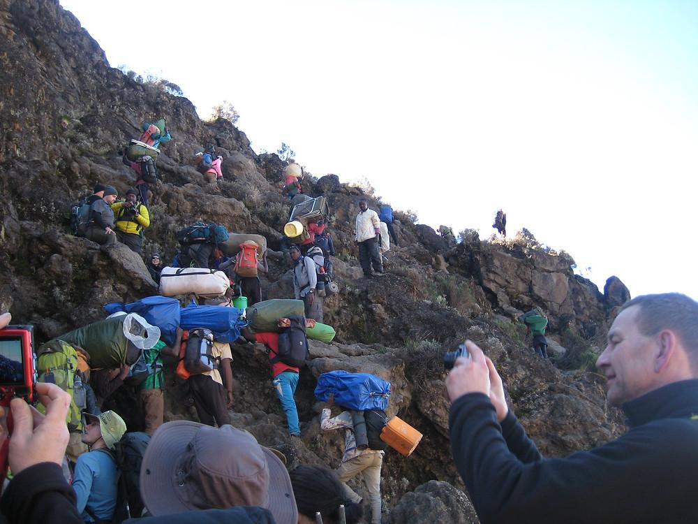 Fullt med folk på väg uppför Baranco wall, Kilimanjaro, Tanzania.