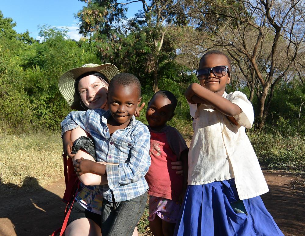 Lokala barn och jag i utkanten av Moshi, Tanzania.